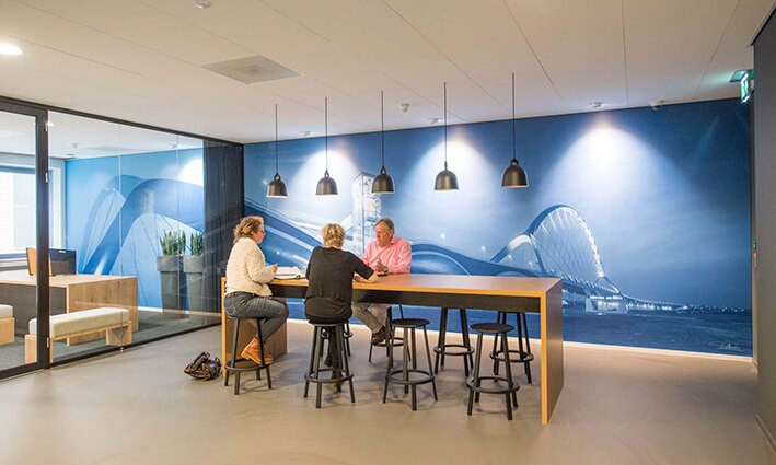 Wanddecoratie op kantoor om galm te verminderen